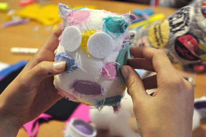 чем занять ребенка, детское творчество, совы из носков